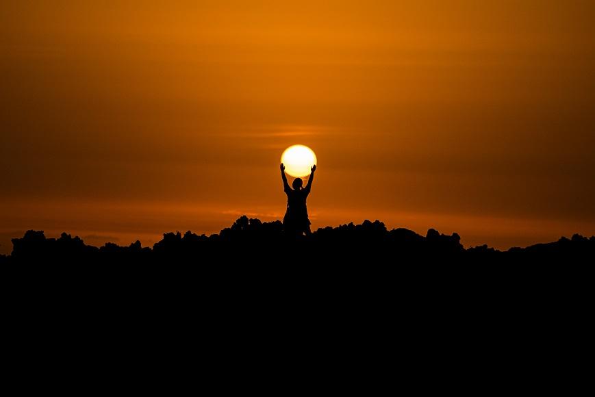 خورشید پشتش به ما است